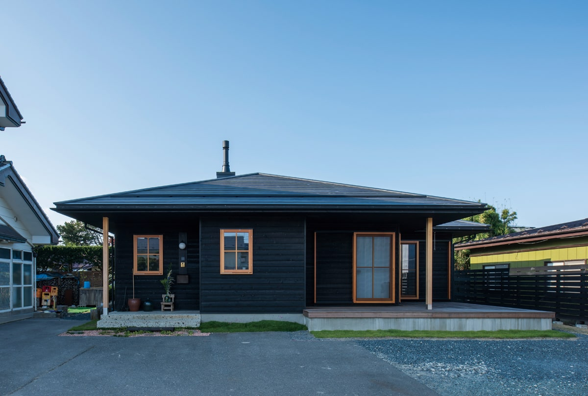 ベイスギのシックな外壁に、木製サッシがナチュラルなアクセントを添える。自然素材の温もりに包まれながら、時を重ね味わいが増していくのも楽しみだという