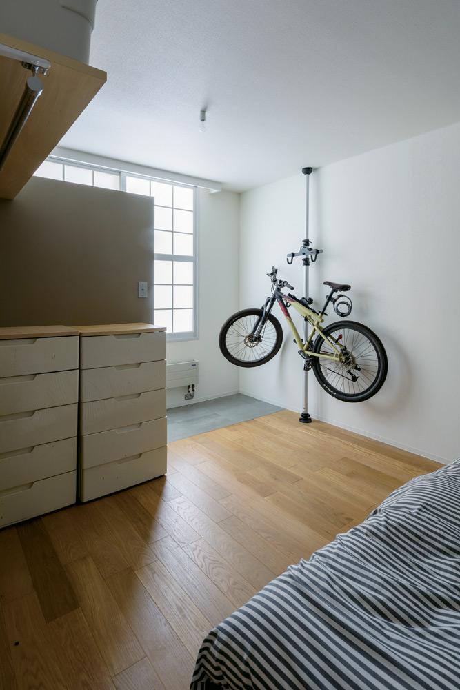 既存の和室スペースも取り込んでゆったりとしつらえた主寝室。将来的に、一部を仕切って子ども部屋として使うことも想定した