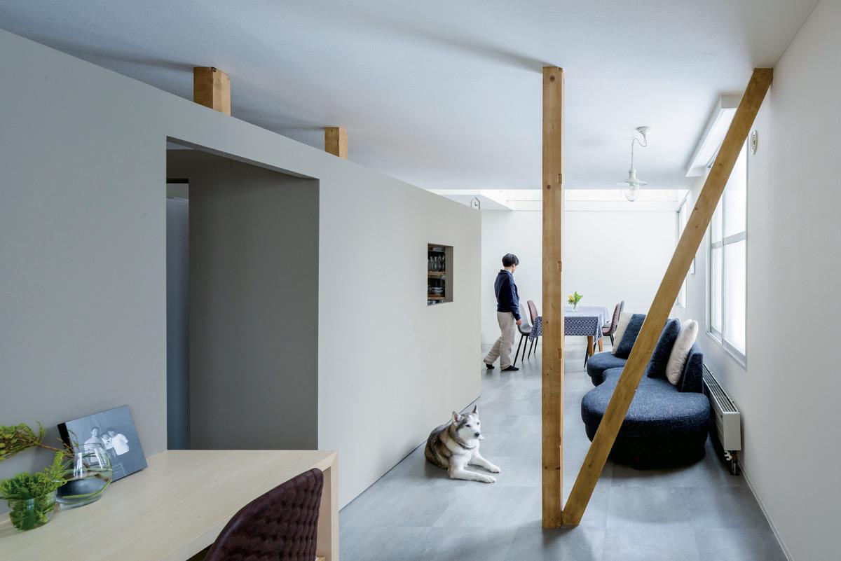 構造上外すことができない柱と筋交いはそのままに、すっきりとした空間が広がる家族の団らんの場。天井で空間全体がつながっているので、別々の場所にいてもなんとなく家族の気配が感じられる