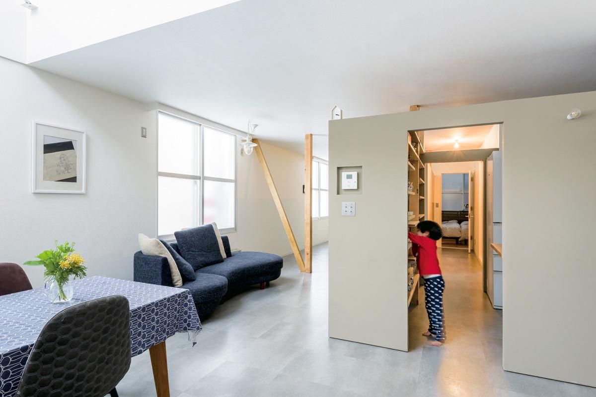 間仕切り壁を取り払って空間を再構成することで、家族がそれぞれにくつろげる住まいを実現