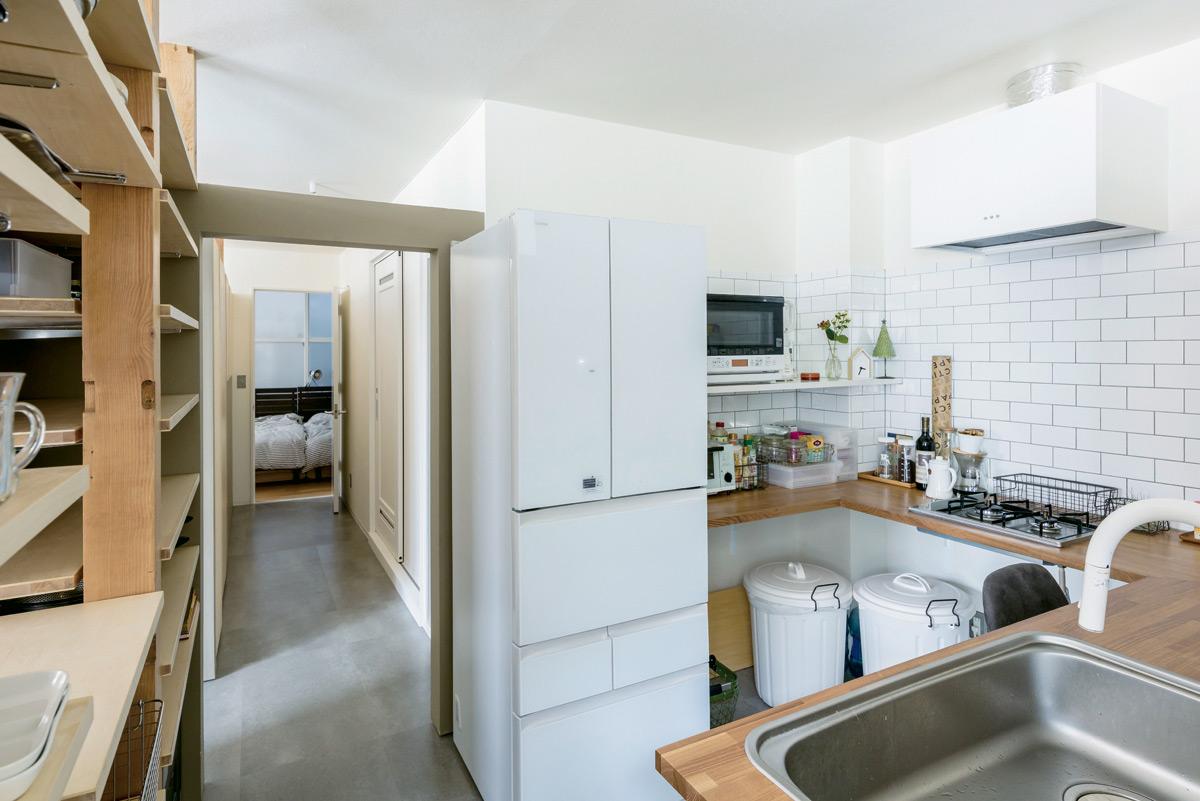 つい立て壁で囲んだこもれるキッチンは、奥さんのお気に入りの場所。作業台まわりは、省スペースと掃除のしやすさにこだわって造作した。寝室や水まわりにつながる動線で、家事効率も改善
