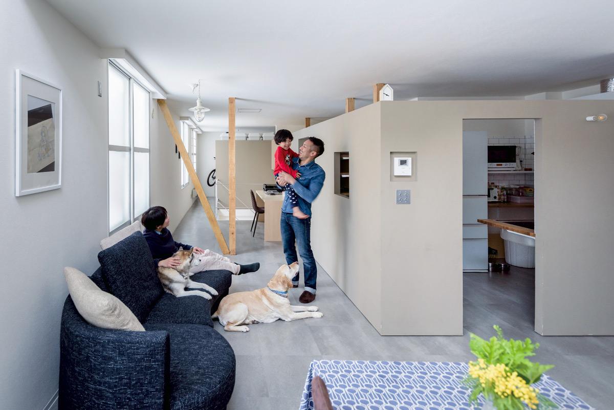 間仕切り壁を取り払って空間を再構成することで、3人家族と2匹の愛犬がそれぞれにくつろげる住まいを実現