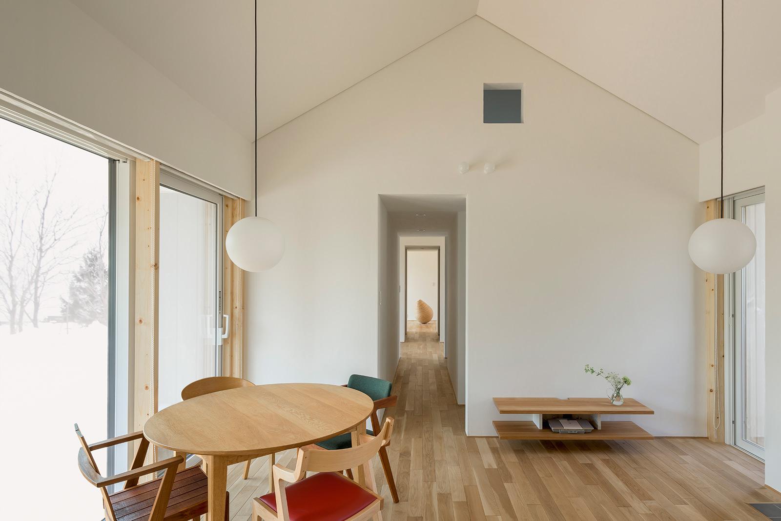 キクザワ×エスエーデザインオフィス「大きな屋根の小さな家」<br>コンパクトなサイズのリビング・ダイニングには、眺望を楽しむための大きな窓を設置