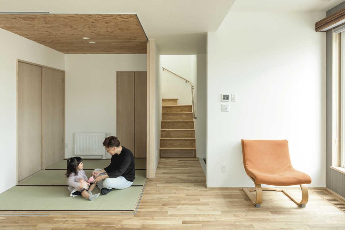 和室の天井も木張りにし、廊下や階段、リビングの床とも雰囲気を統一している