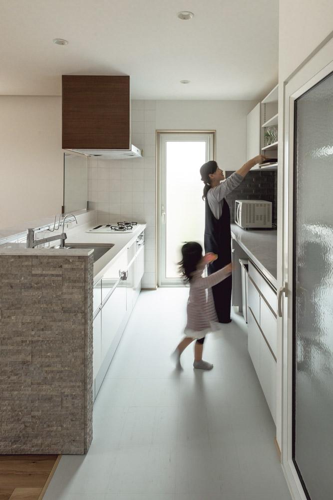 大人2人が立っても広いキッチンの作業台。女の子だけに早くもママのお手伝い