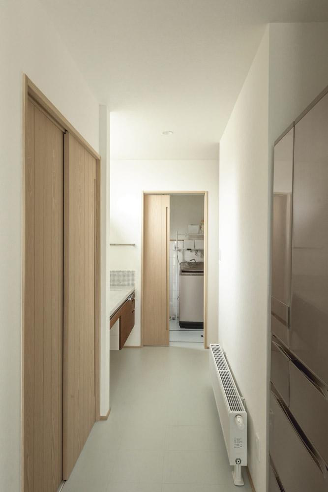 キッチンから洗面スペース、浴室へと続く動線はとても効率的で家事もしやすい