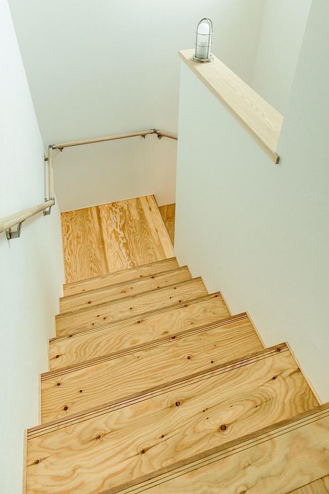 踊り場のあるかね折れ階段はゆるやかで子どもでも安全。木を使って柔らかな雰囲気