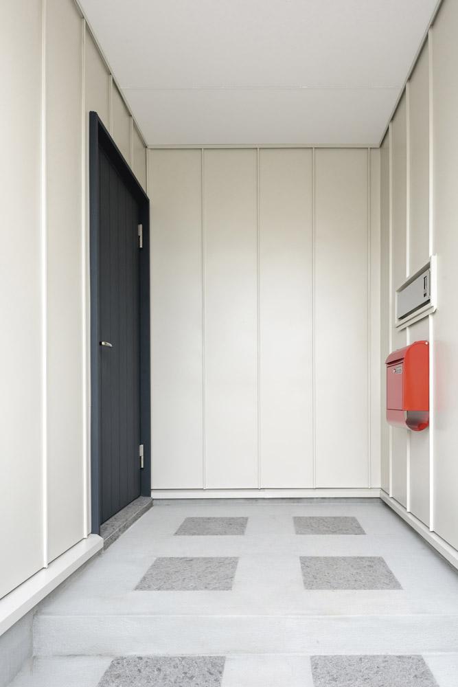 少し奥まった玄関は雨や雪でも濡れることなく便利