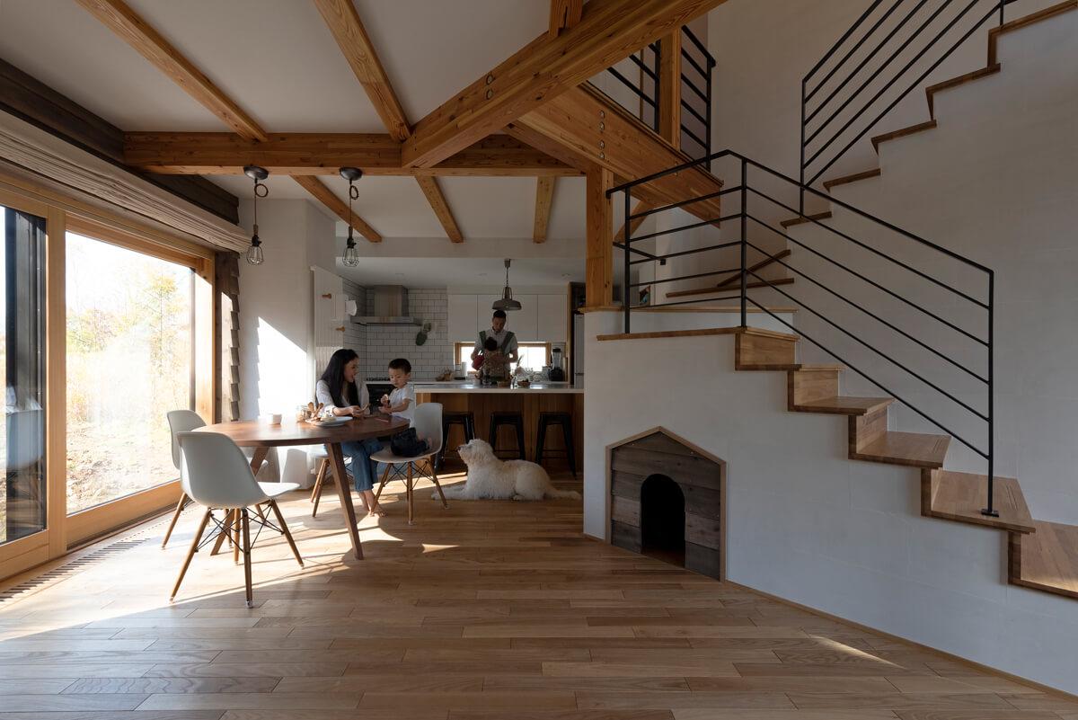階段下に、犬小屋風にデザインした空間を設けた