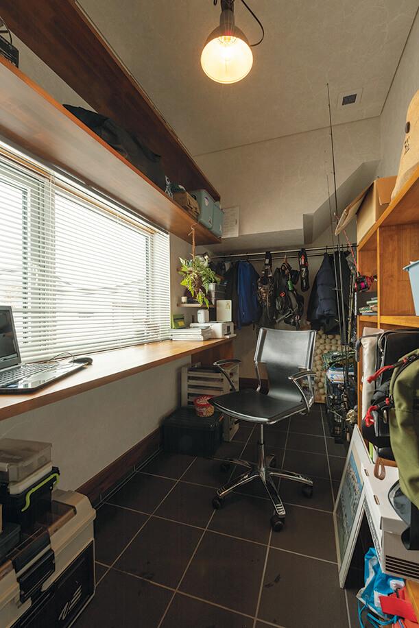 Mさんのコレクションが詰まった玄関脇の趣味室。土間と地続きのため靴のままで利用でき、スキーや釣り竿の手入れもしやすい