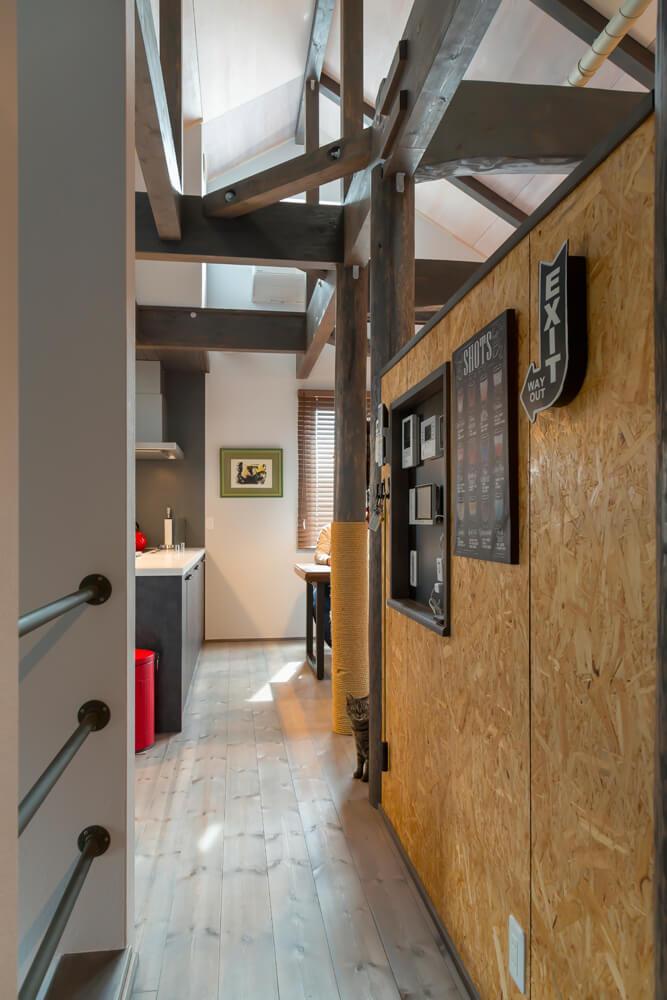 階段とリビングの間にパーティションを設置。階段に取り付けたガス管の手すりの中には水道管が配されている