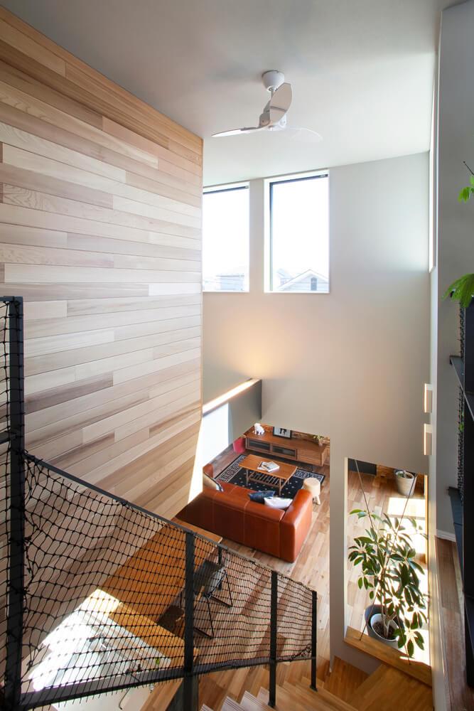 階段の大きな吹き抜けには光を採り込むほか、床下暖房の暖気を2階まで行き渡らせる役割も