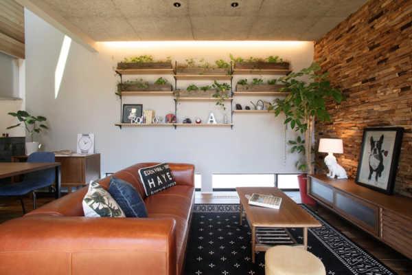 開放的な大開口と吹き抜けから光が降り注ぐ、エアコン1台で快適な家