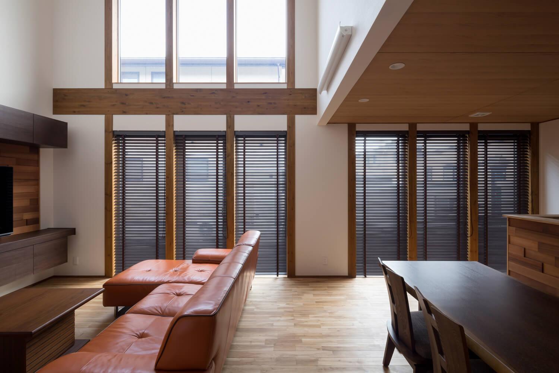 整然と並ぶ連窓が美しい。開口部には標準仕様でトリプルガラスを採用した