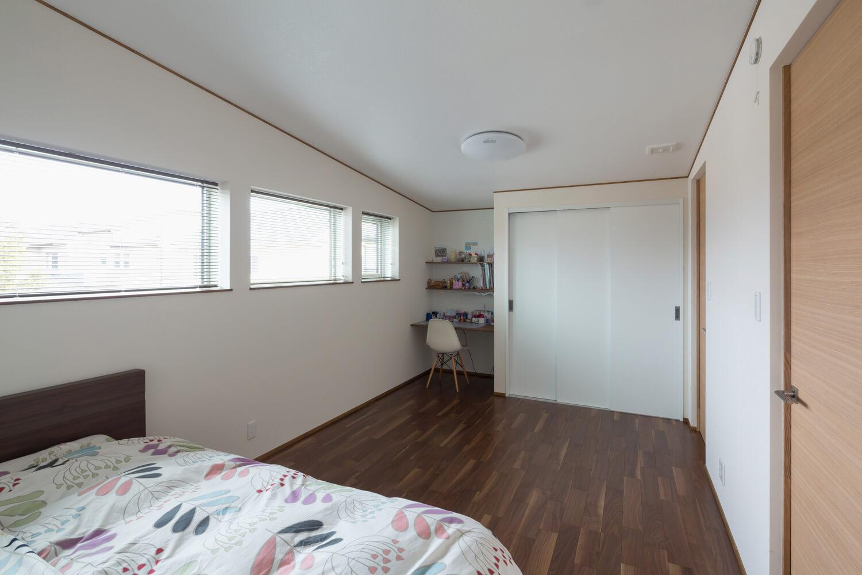 学習用カウンターを設けた子ども部屋。2部屋に分けて使うことも可能