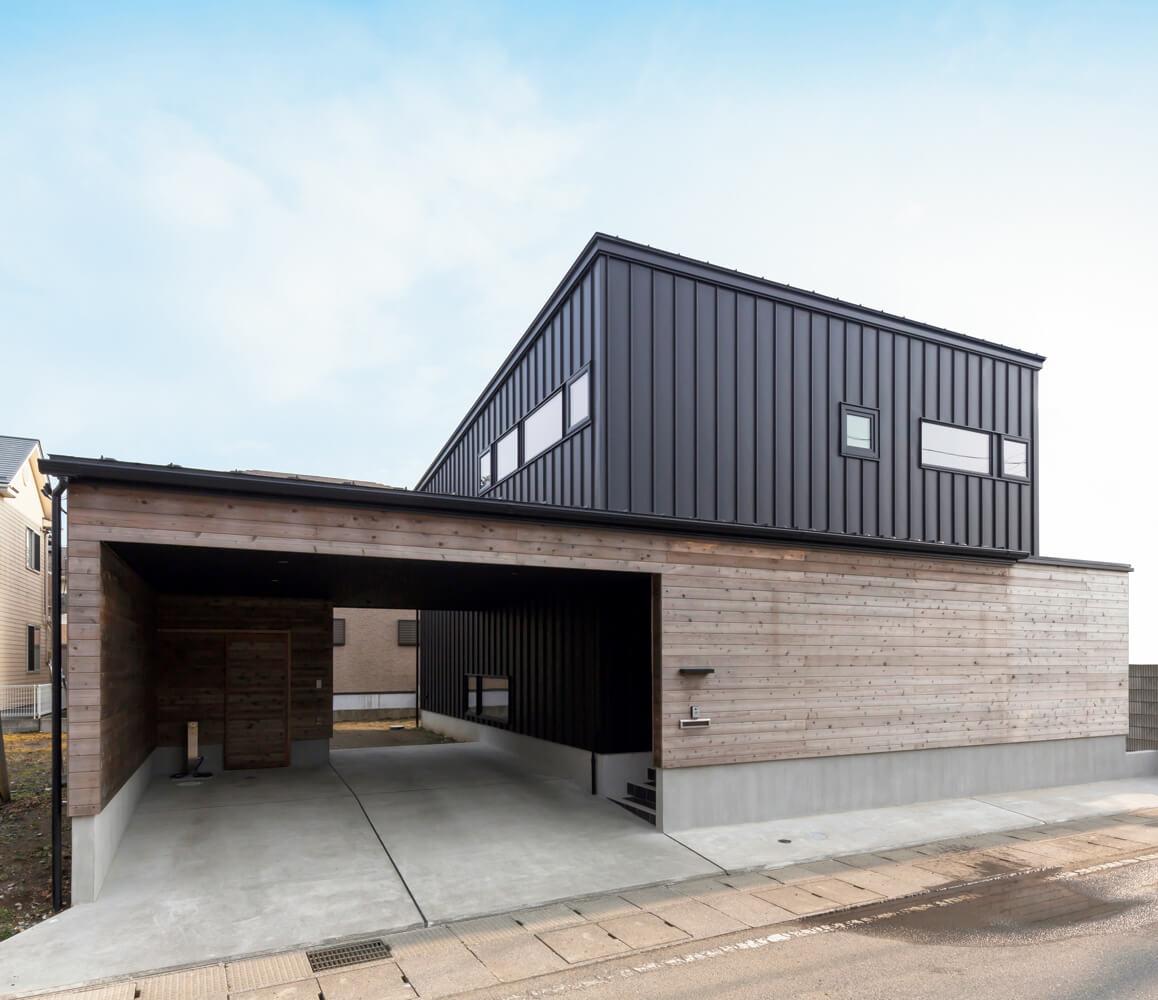 ハウス・オブ・ザ・イヤー・イン・エナジー2018で大賞を受賞したSさんご家族の住まい。縦のガルバリウム鋼板×横の板張り、素材も張り方も異なる組み合わせの外観デザインも美しい
