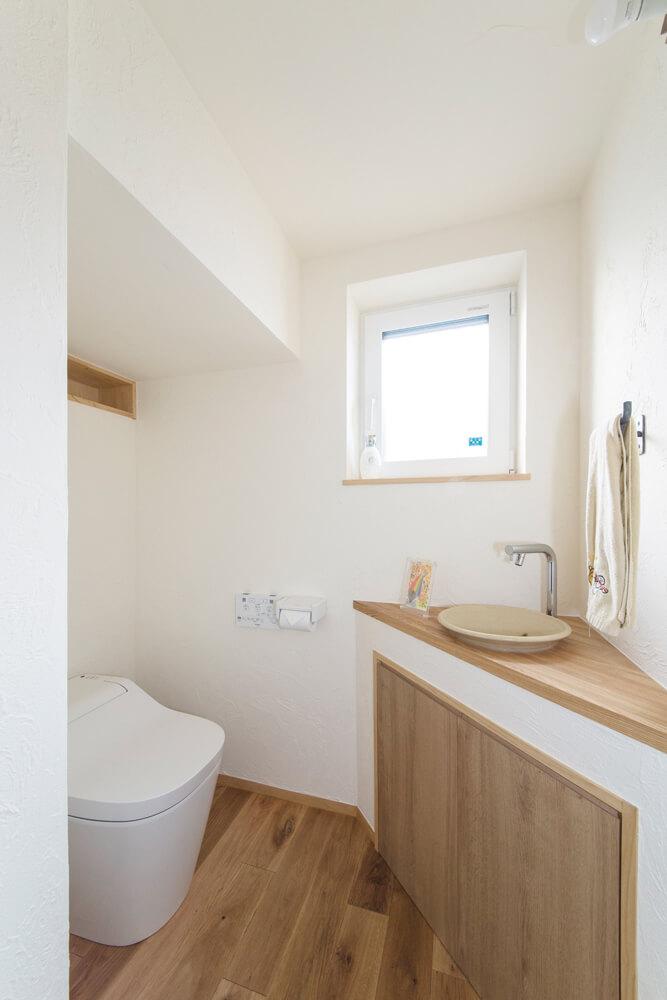 こちらは、手洗器付き。階段下とはいえ、階段の形状や配置によっては、ゆとりを持たせられる
