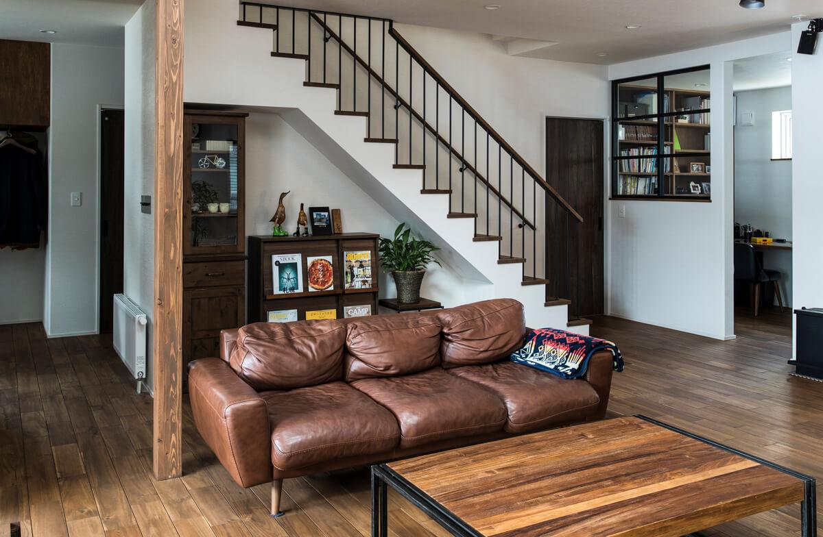 階段下のスペースにお気に入りの家具を置いて、空間をトータルコーディネート