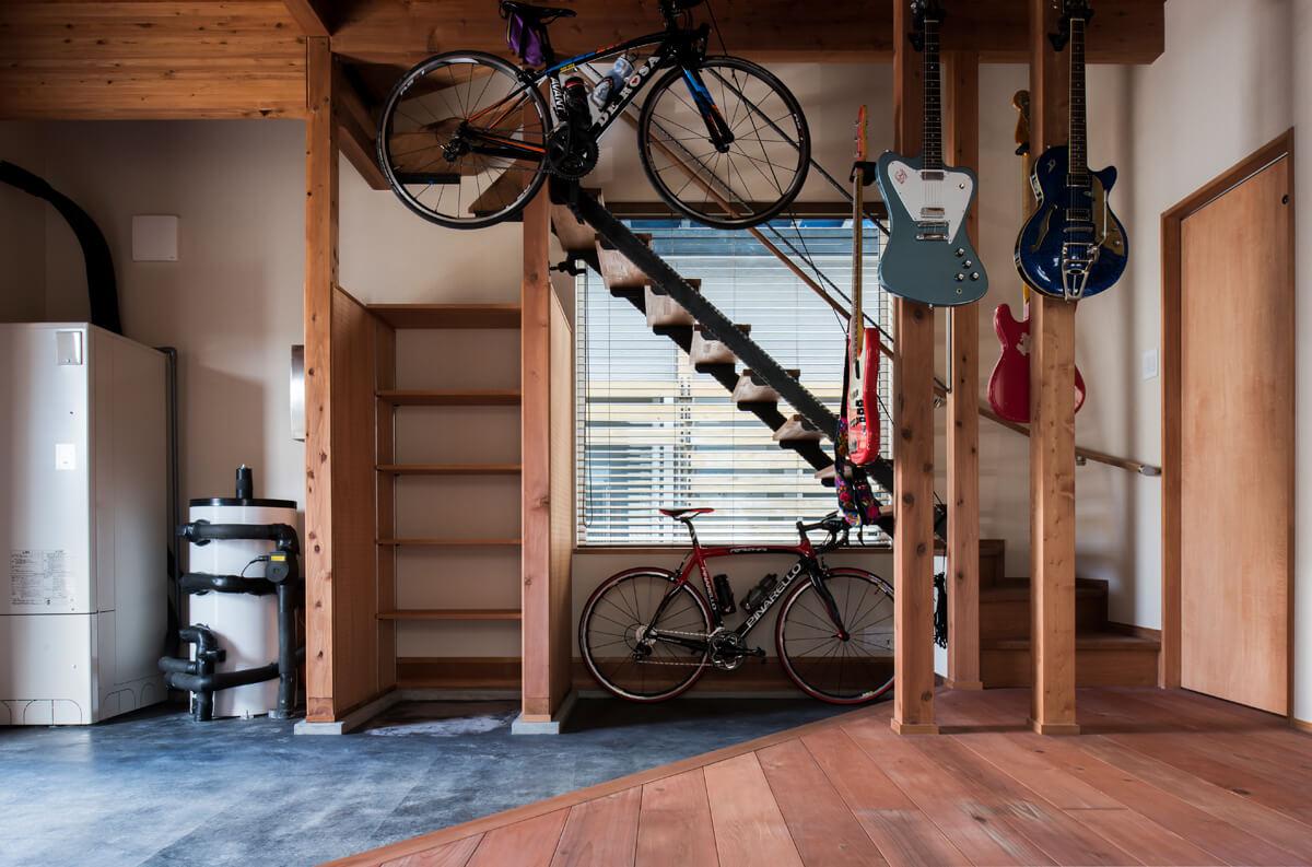 微妙な広さ・高さの階段下も、自転車置き場として使うにはぴったり