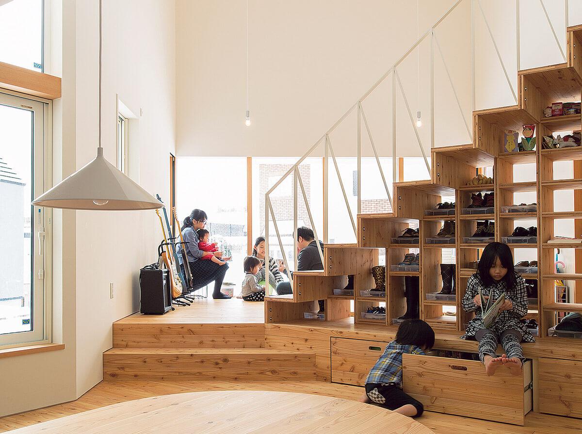 階段下 を収納スペースとして、余すところなく活用。7人の大家族でも、靴や本などをすっきりとしまうことができる