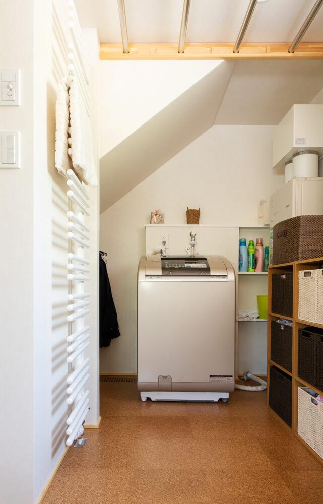 階段下の天井が低くなったところに洗濯機を設置。これなら天井が低いのも斜めなのも、さほど気にならない