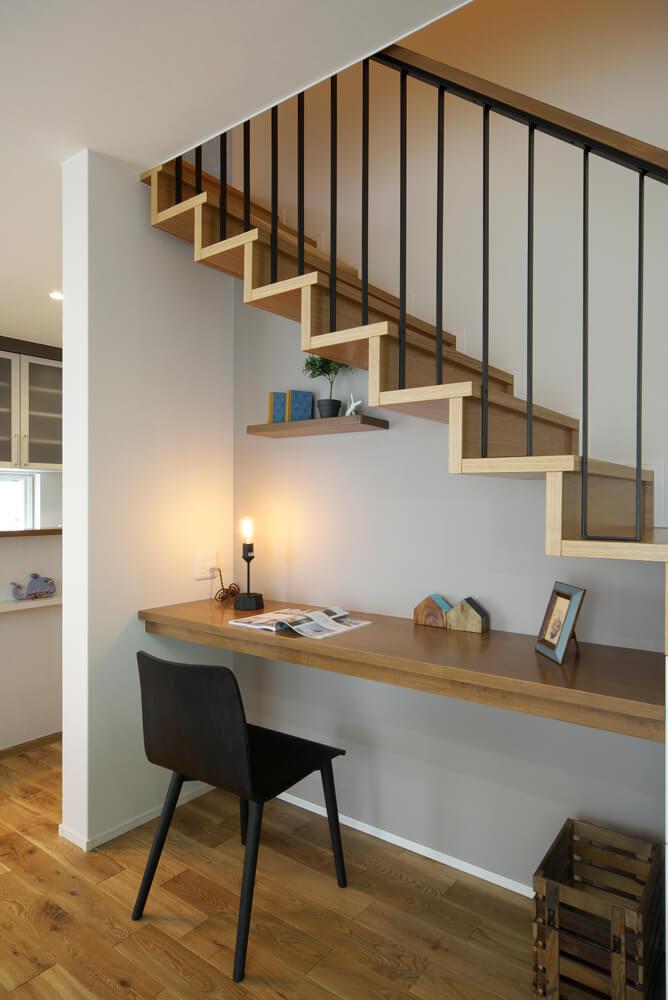 片持ち階段の下にカウンター設けて書斎スペースにした例。階段下とは思えないほどゆったりとした広さ