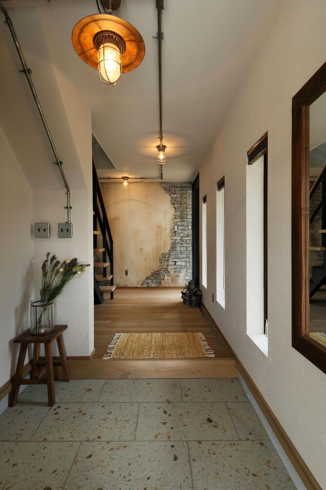 玄関からの眺め。天井に這わせた飾りのパイプがインダストリアルな趣を醸し出す