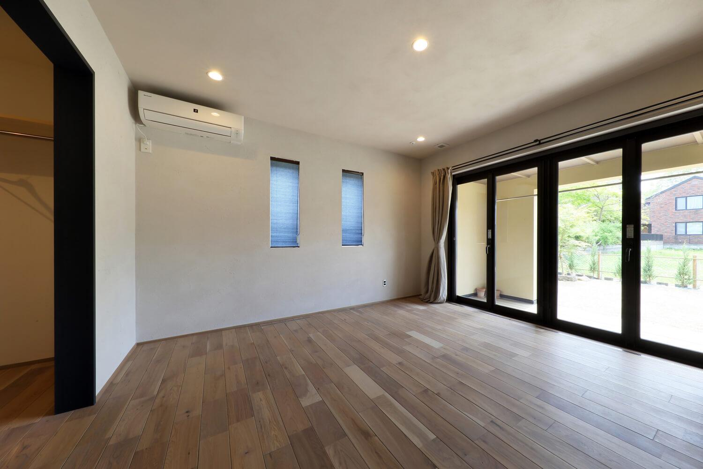 奥さんのご両親の部屋。折戸式の掃き出し窓を開ければ開放感いっぱい。窓の外には同じ床高のウッドデッキが広がる