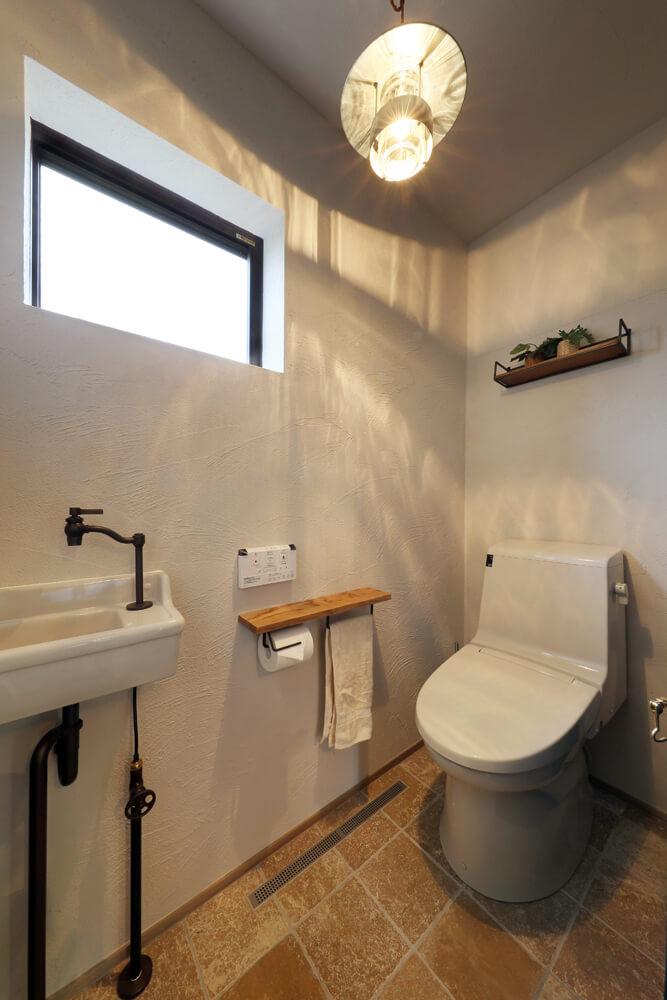 1階トイレ。手洗いもインダストリアルテイストに合わせてチョイス