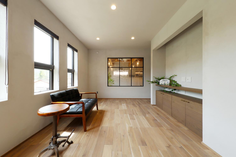 ご夫妻の寝室はシンプルな雰囲気。リビング側の窓にはレトロなアンティークガラスをはめ込んだ