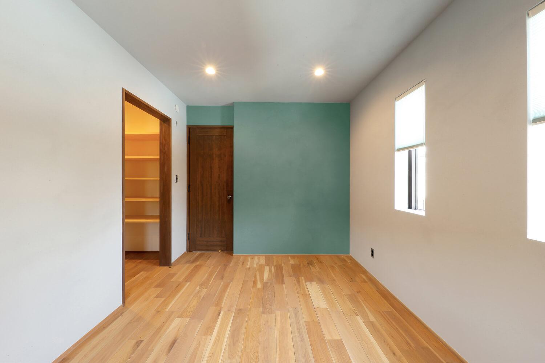 Sさんのお母さんの部屋。経年変化感を漂わせた壁色のくすんだブ ルーに注目