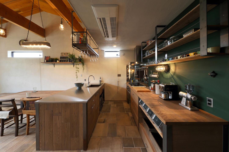 キッチン収納棚もすべてオリジナルの造作。背面の壁には黒板塗料を施すなど遊び心も