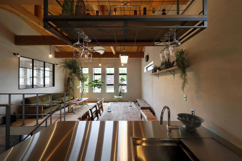 キッチン側からリビングを眺める。壁の漆喰はグレーがかったものを使い、さらにムラ塗りしている