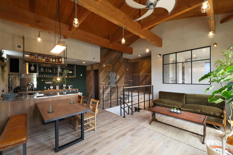 中2階部分に設けられたLDK。趣のある木の風合いや灰色味を帯びた漆喰壁、アイアンなどの素材が映える