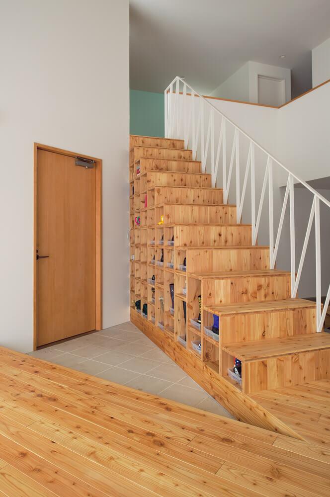 玄関側から見ると、このような感じ。靴箱と階段を兼ねるという斬新なアイデアが光る