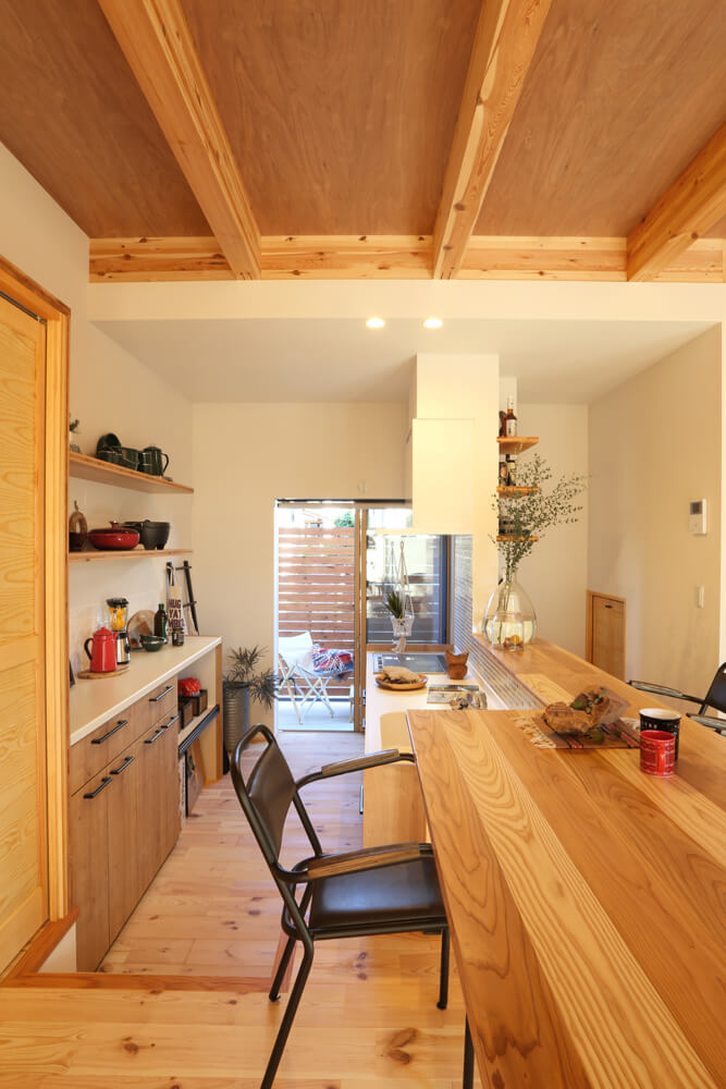 キッチンの造作棚には食器やアウトドアグッズなどを飾っても素敵。勝手口にはサービスヤードも