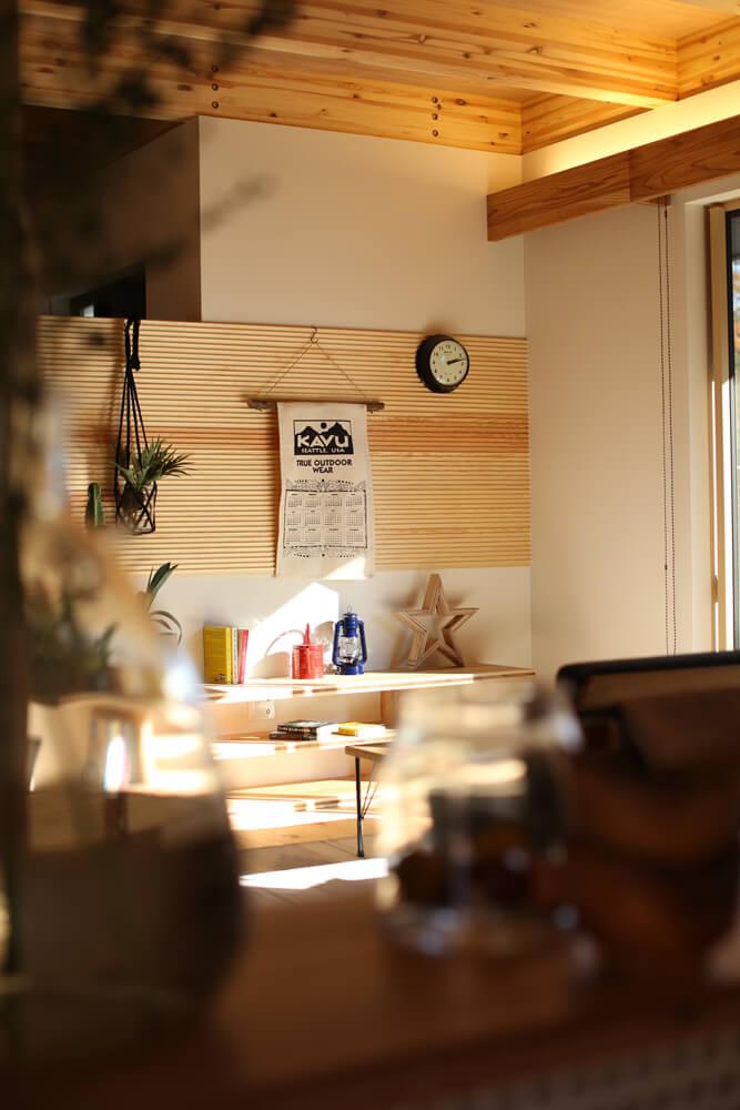 木のぬくもりを感じるテレビ台、洗面台、ダイニングテーブルなどの造作棚。手づくりのテイストがあたたかみを与える空間
