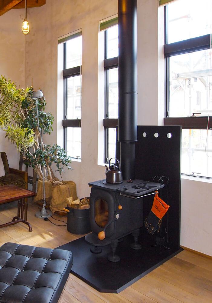 入居後、リビングには薪ストーブを導入。インダストリアルな空間にすっと溶け込む