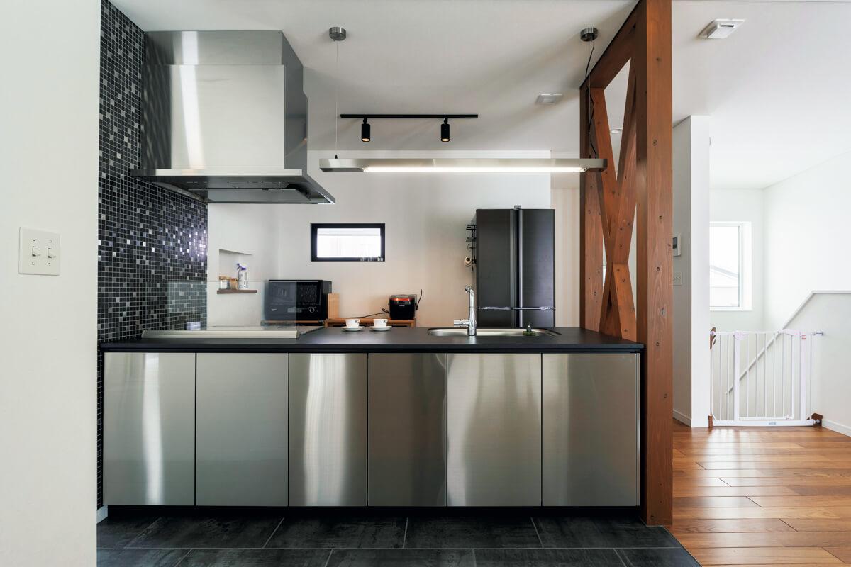 「素材感で最後まで悩んだ」というキッチンはステンレスを選択。モノトーンのタイルや色合いに一目惚れしたという床とのバランスもいい