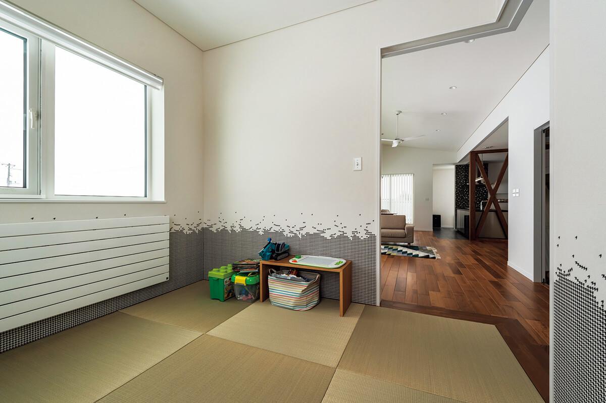 リビングの奥にはコンパクトな和室。遊び心ある壁紙を使用したことで、和室とはいえモダンな空間に