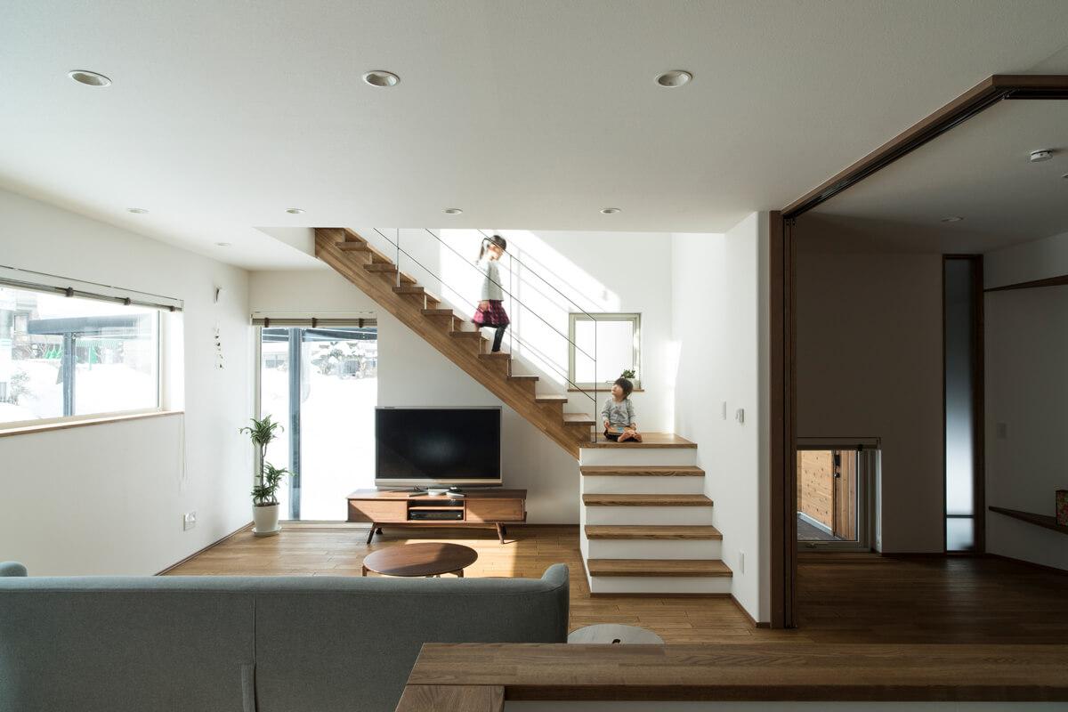 階段下を上手に生かしてTVボードとTVを置いた。サイズ感もちょうどよい