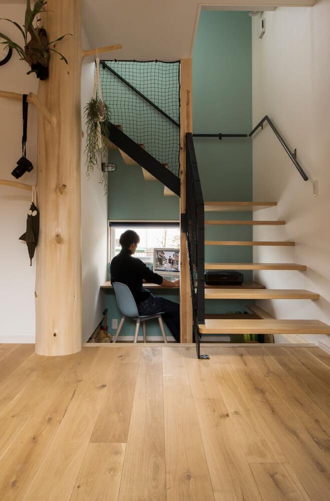 床レベルを下げてかね折れ階段の下にワークスペースを設けた。基礎断熱の家だからこそ実現した工夫
