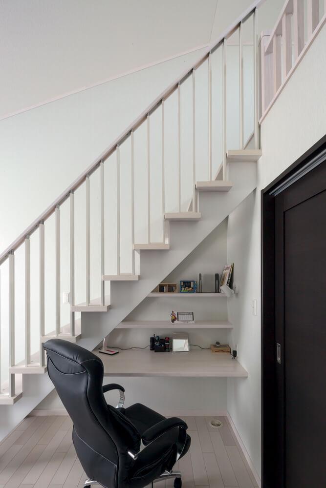 階段の仕様によっては、本屋カレンダーなど書斎まわりに必要なものを置く収納棚をつくり付けることもできる