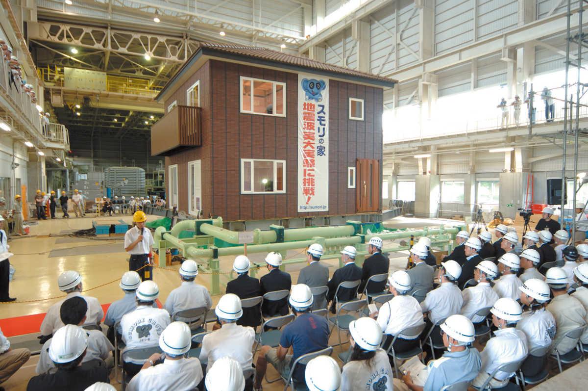 平成18年8月に茨城県つくば市の独立行政法人土木研究所で行われた、実際の家での耐震実験の様子。スモリの家は瓦1つ、レンガタイル1つ落下しないだけでなく、地震後も地震前とほぼ同じ耐久性能を備えるという実験結果が出た