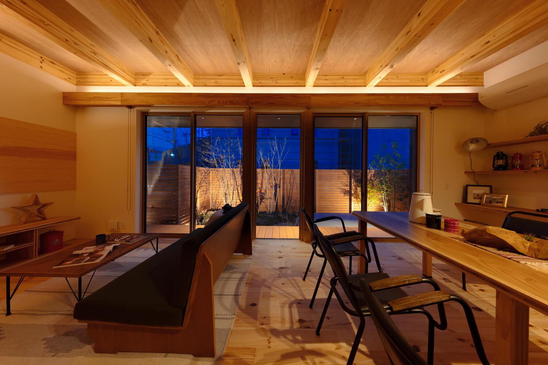 夜は間接照明が美しい。ウッドフェンスで視界が遮られるので、庭の照明との一体感を楽しめる