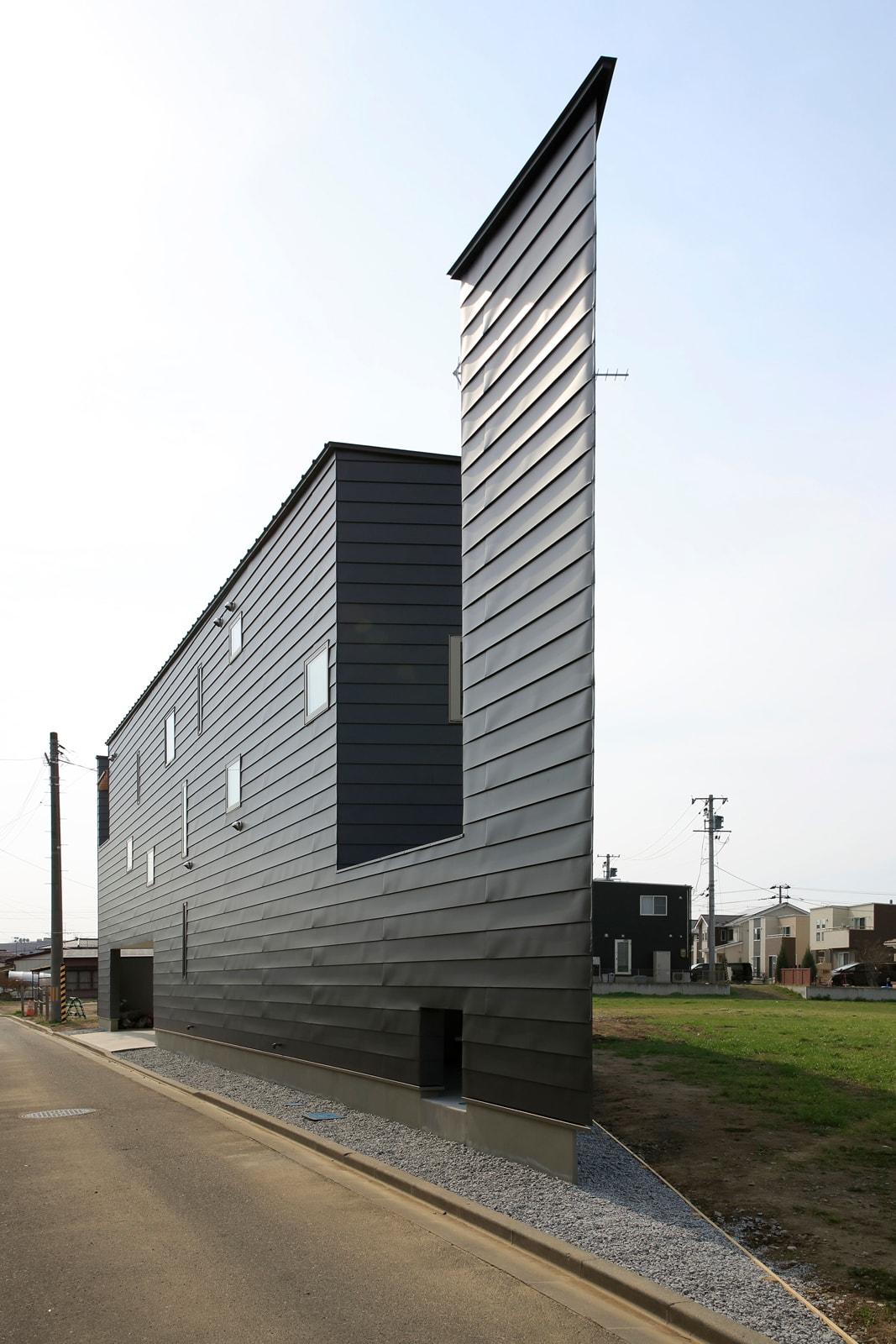 Yさん宅の外観。鋭角な三角地が住宅のカタチにもハッキリと現れている