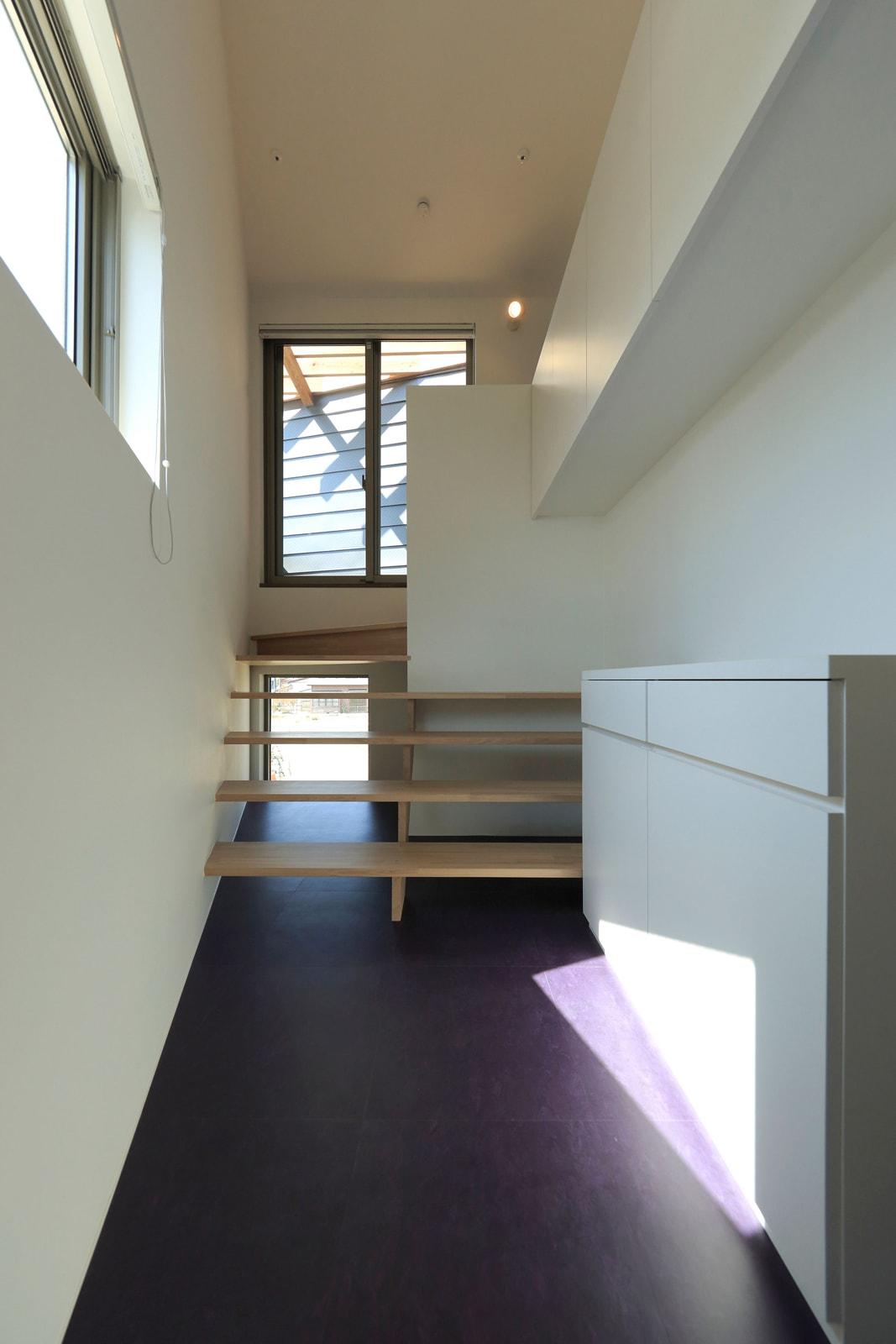 2階から1600ミリ上がった寝室へ続くスケルトンの階段が光を導く