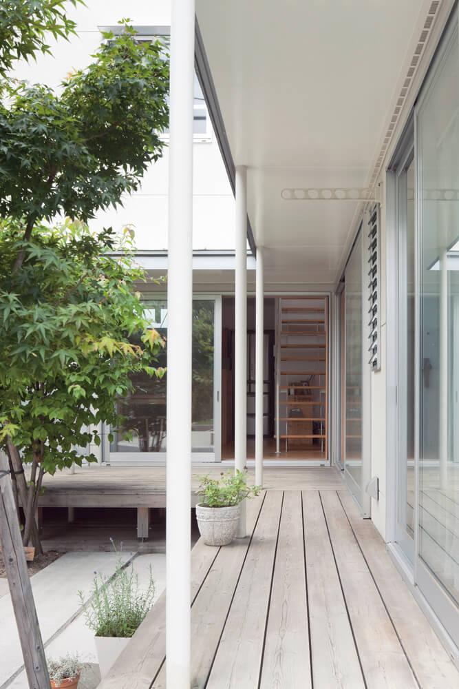 中庭に面した窓はすべて大型の掃き出し窓を使用。室内の床と段差なくつながることで、より外部を楽しむ暮らしが可能となっている