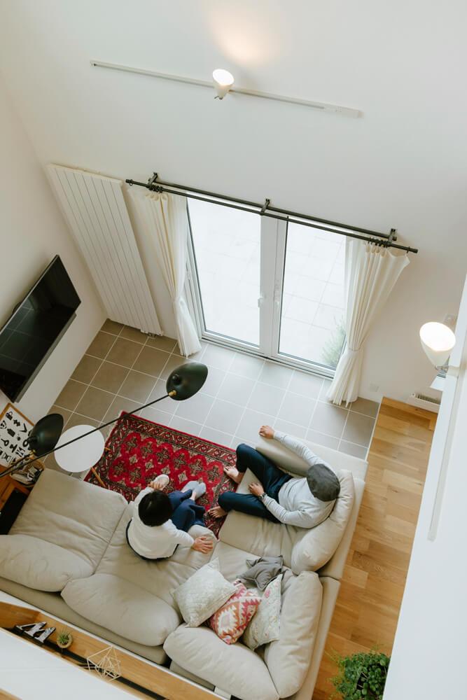 リビングの見下ろし。外のテラスへとタイル貼りの床がつながっていく