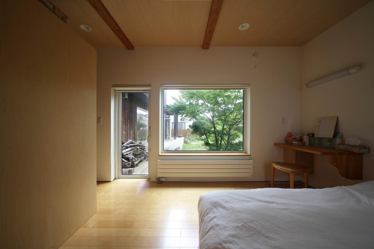 主寝室からテラスと庭方向を見る。L字型の間取りはプライバシーの面でも安心